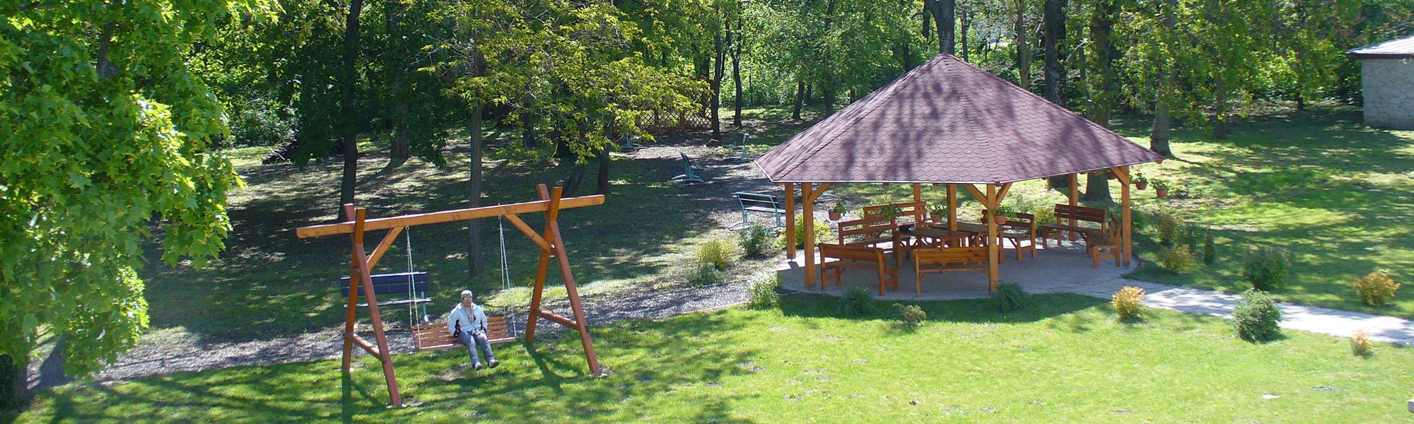 Domov sociálnych služieb pre dospelých Lehnice - Altánok a hojdačka v parku