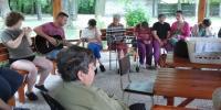 Posedenie s počúvaním hudby