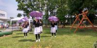 Pod vedením inštruktorky sociálnej rehabilitácie klientky predviedli tanečnú choreografiu